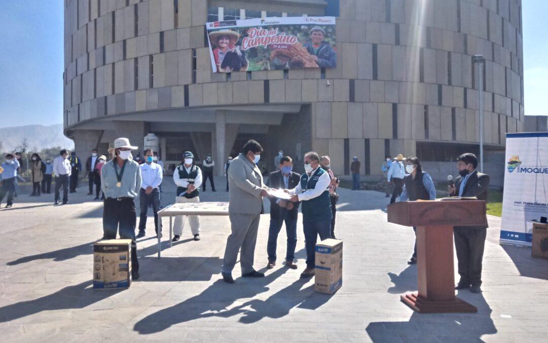 """Productores de Moquegua son condecorados con la Medalla """"Ministerio de Agricultura y Riego"""""""